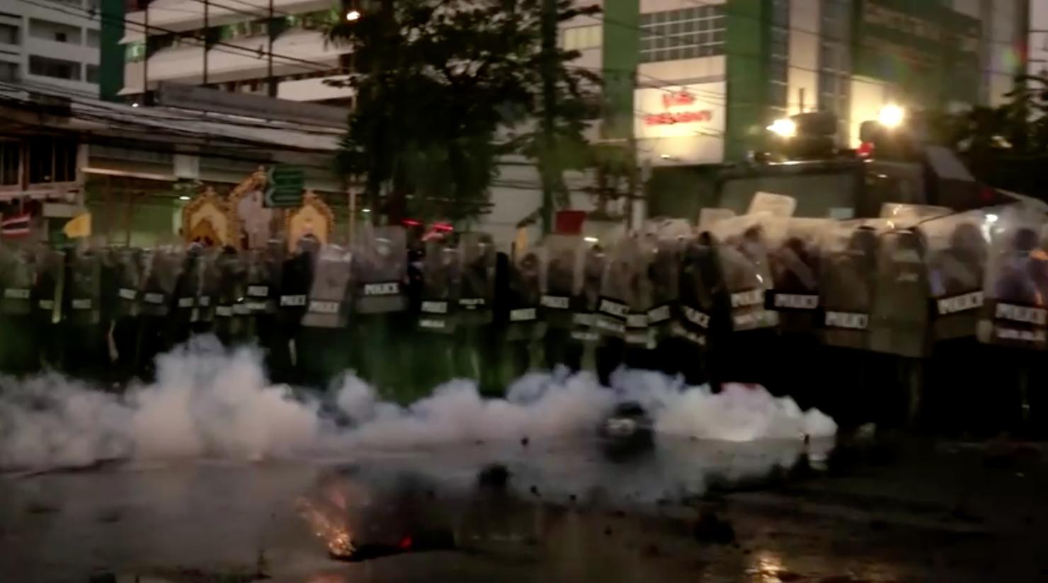 Tòa án Thái Lan phê chuẩn lệnh bắt nhà hoạt động bị cáo buộc đốt chân dung nhà vua