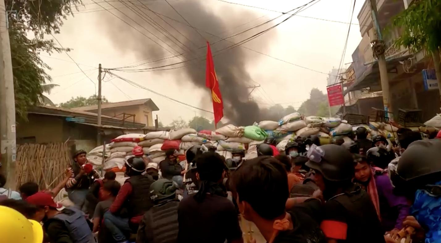 """Người biểu tình Myanmar phát động """"cuộc biểu tình rác"""", hai người thiệt mạng khi số người chết vượt hơn 500"""