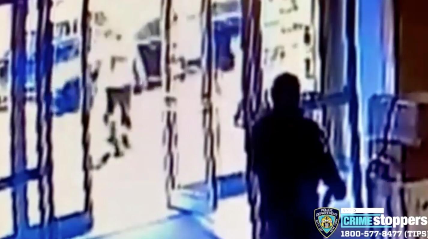 Hai nhân viên gác cửa trong lúc một phụ nữ gốc á bị tấn công ở New York đã bị sa thải