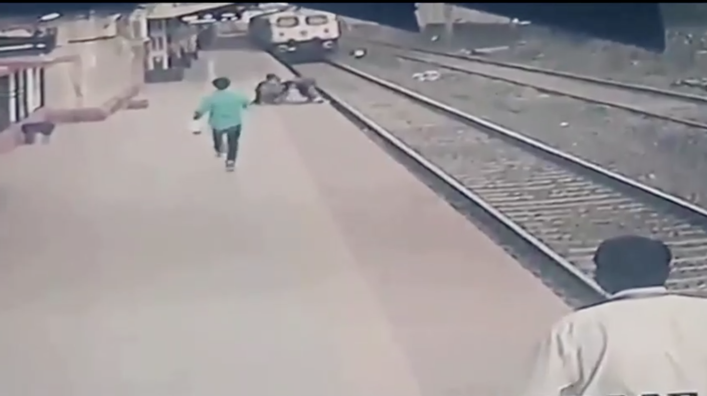 """""""Siêu anh hùng"""" hỏa xa Ấn Độ giải cứu đứa trẻ bị rơi xuống đường rầy"""
