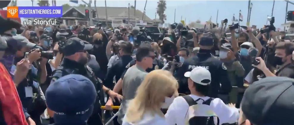 Những người biểu tình White Lives Matter đụng độ nhóm phản đối tại Huntington Beach