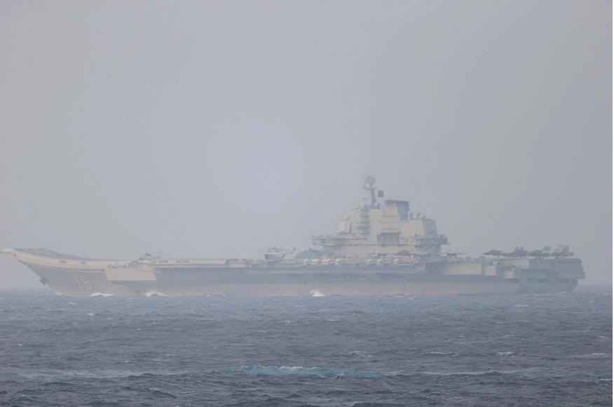 Khu trục hạm Hoa Kỳ theo dõi sát hạm đội Liêu Ninh của Trung Cộng