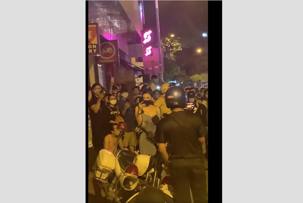 Người dân Sài Gòn bất mãn bao vây nhóm cảnh sát giao thông đánh người, còng tay dân đến ngất xỉu