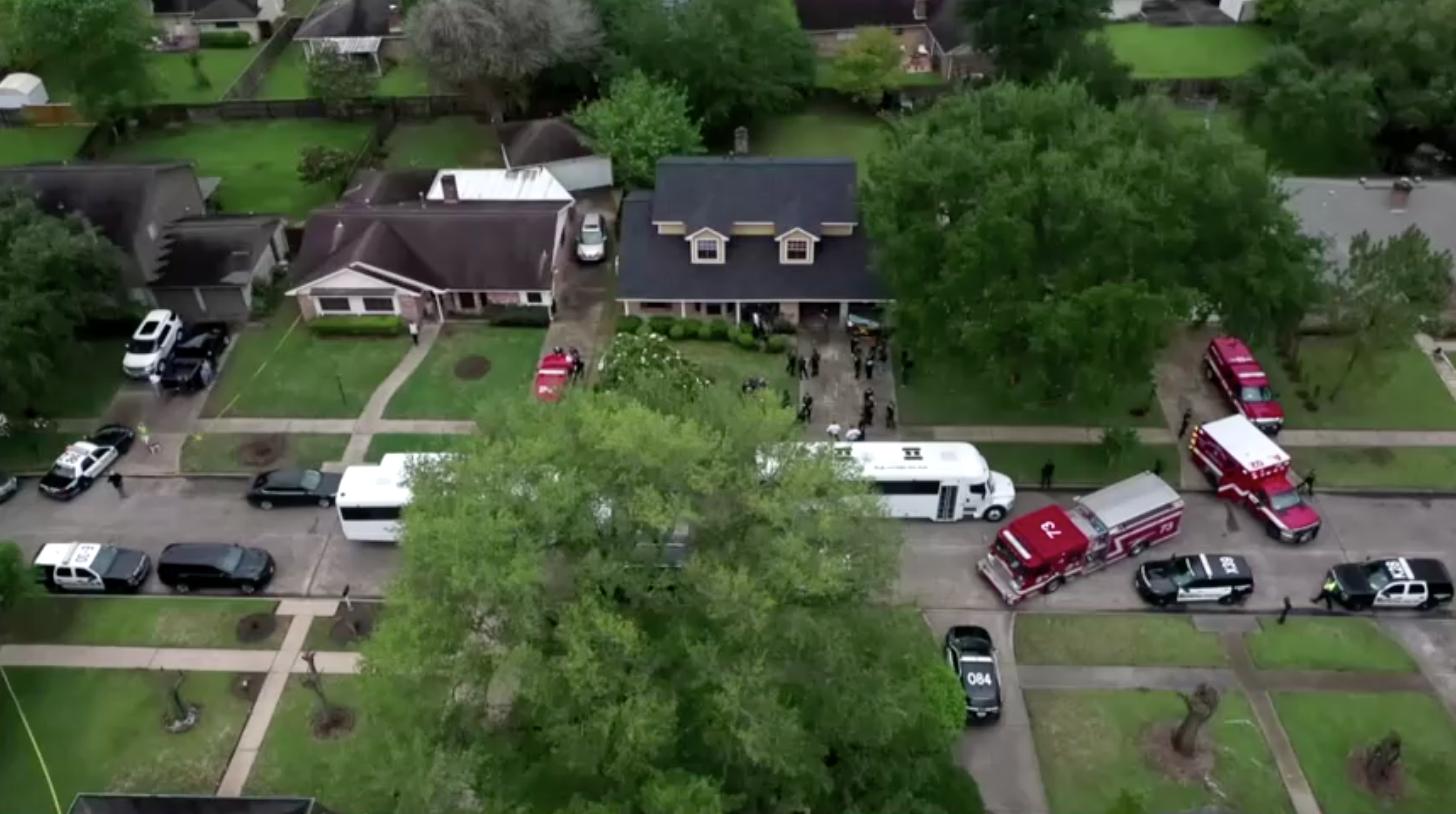 Năm người bị buộc tội buôn người sau khi cảnh sát phát hiện gần 100 người didân lậutại một ngôi nhà ở Houston