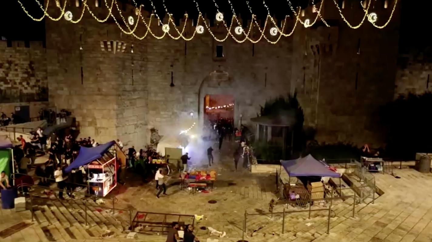 Cảnh sát Israel đụng độ người Palestine gần nhà thờ Hồi giáo ở Jerusalem