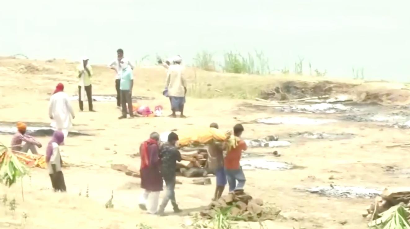 Thi thể của các nạn nhân COVID-19 bị thả xuống sông Hằng của Ấn Độ