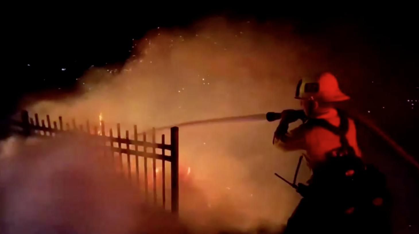 Nhân viên cứu hỏa nỗ lực dập tắt đám cháy rừng tại Elysian Park