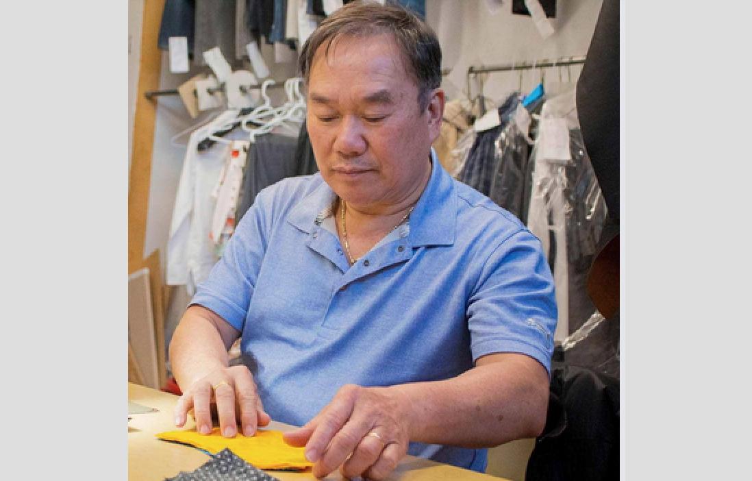Thợ may ở Winnipeg tặng 100 phần bánh mì để kỷ niệm hành trình tị nạn