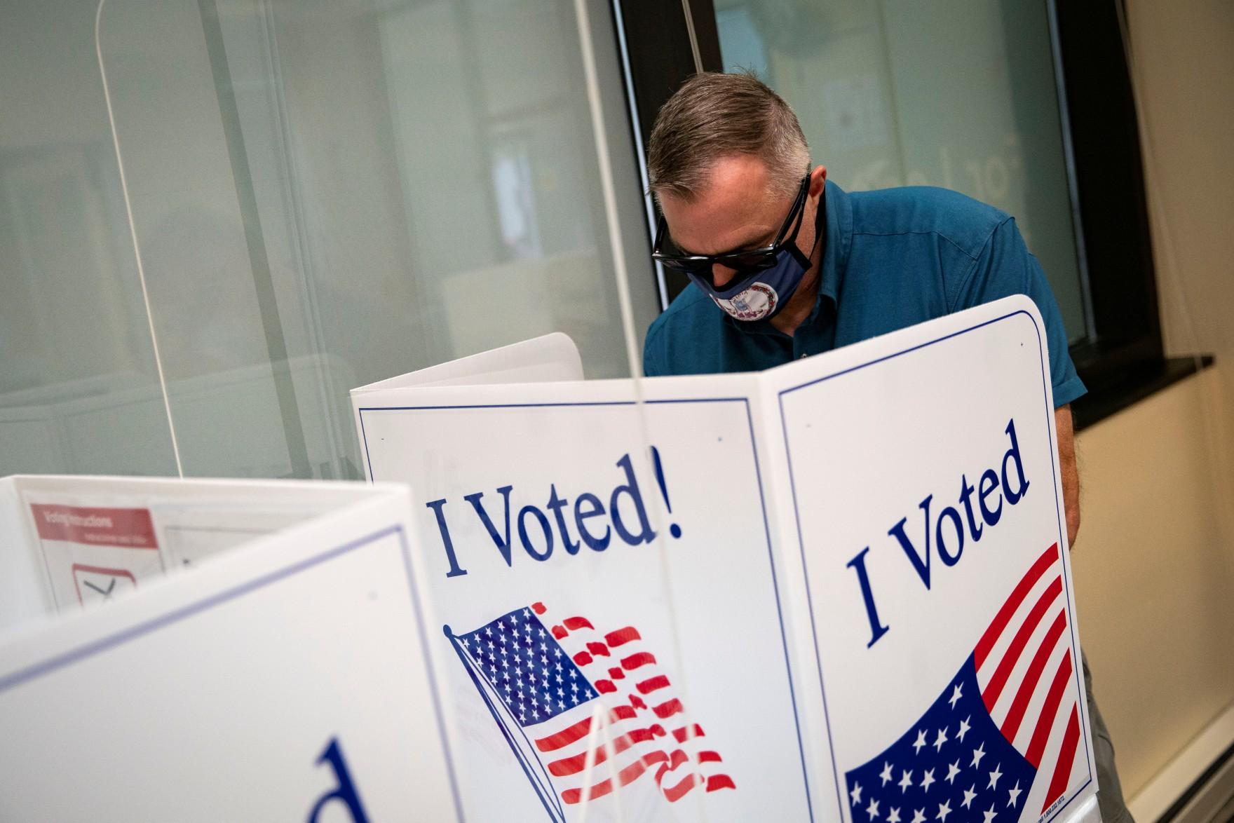 Trong cuộc bầu cử đầy chia rẽ, cử tri Texas bỏ phiếu cho những người phản đối chương trình giáo dục chống kỳ thị