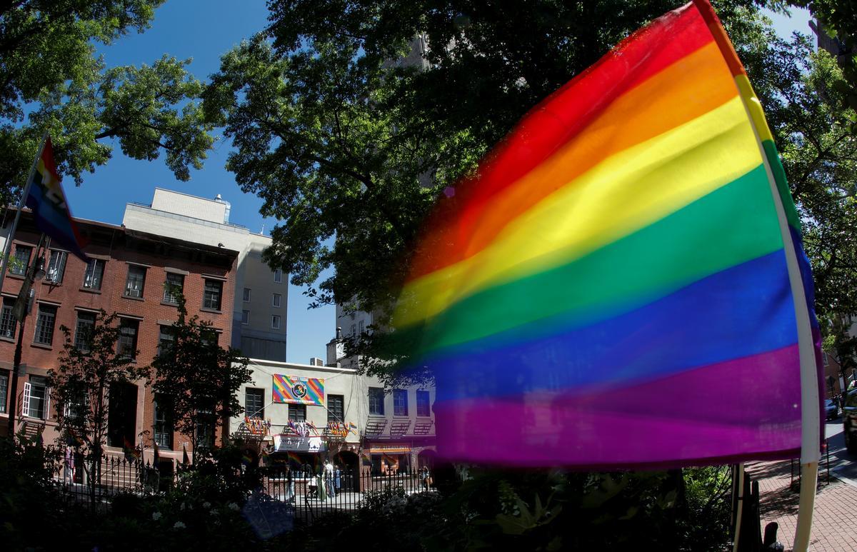 Chính Phủ Biden khôi phục sự bảo vệ y tế đối với người chuyển giới