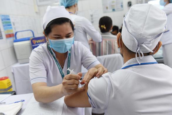 Đã tiêm đủ 2 mũi vaccine phòng COVID-19 nhưng 22 nhân viên bệnh viện nhiệt đới vẫn nhiễm dịch