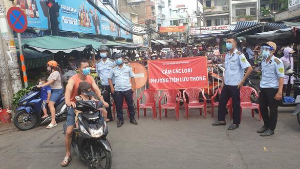 Siêu thị, chợ truyền thống ở Sài Gòn đông đúc hơn sau khi chợ dân sinh bị cấm