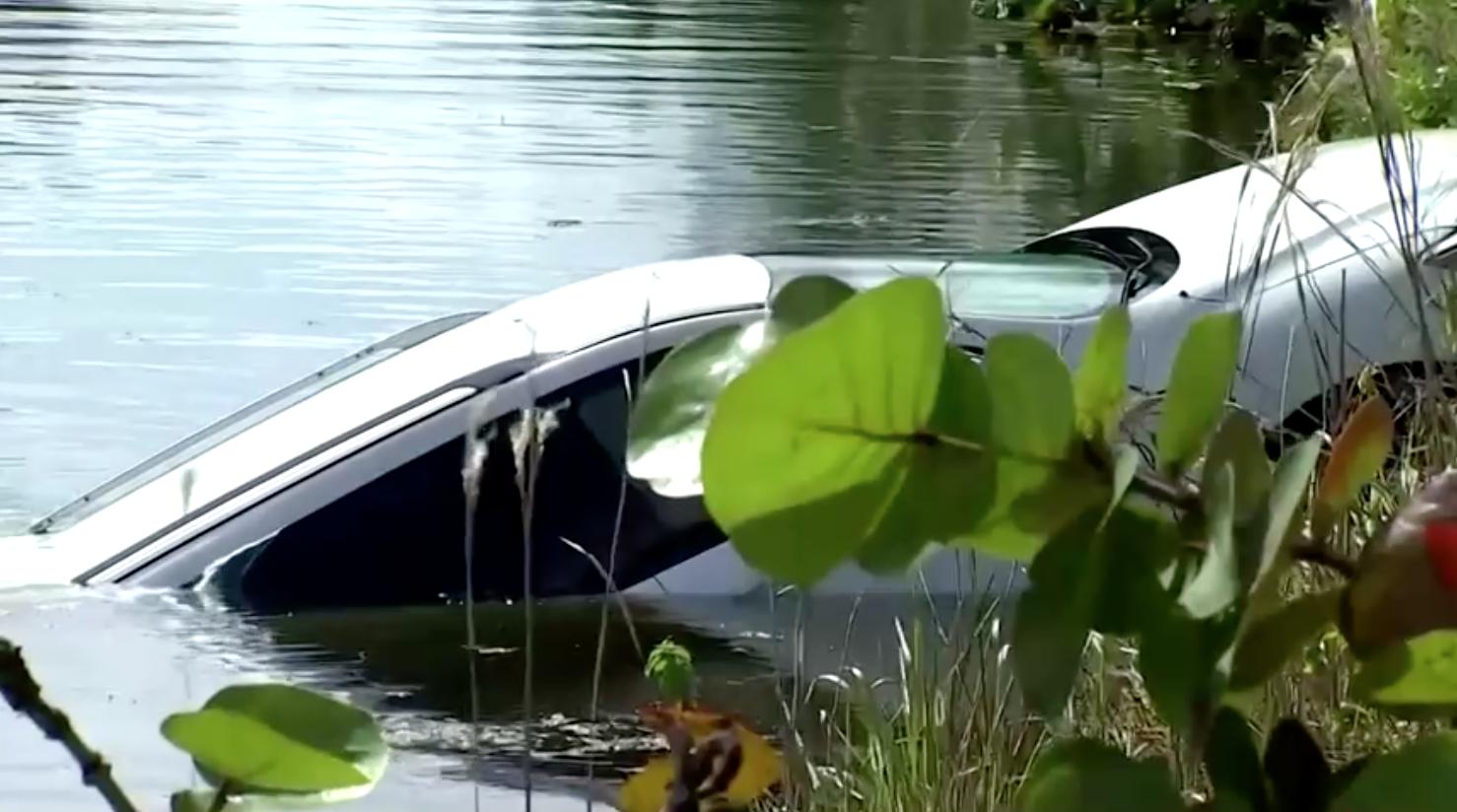 Chiếc xe Nissan có liên quan đến vụ nổ súng hàng loạt tại quận Miami-Dade được tìm thấy dưới một con rạch