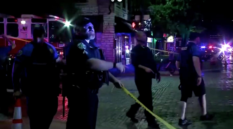 13 người bị thương trong vụ xả súng ở Austin, Texas; cảnh sát vẫntruyđang tìmhung thủ
