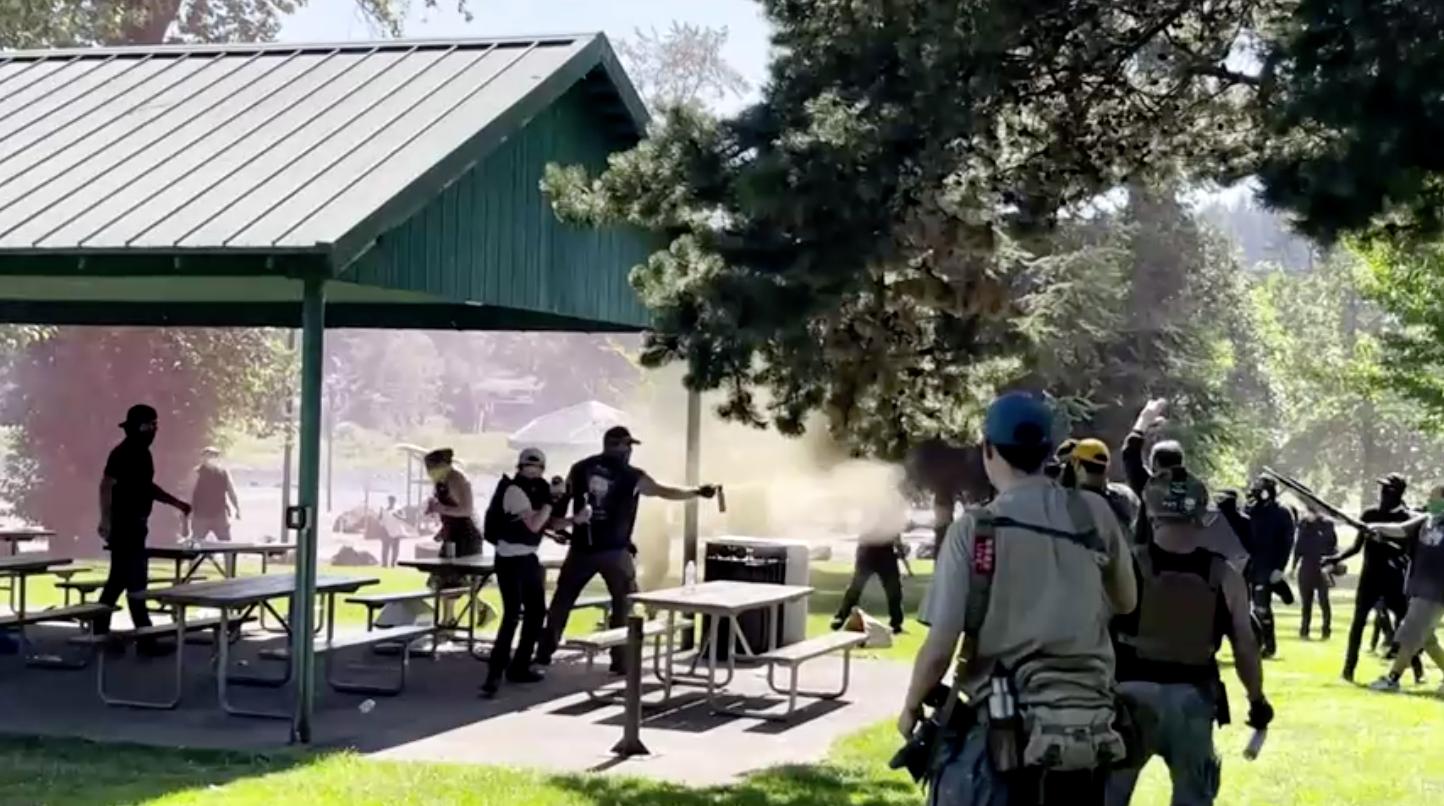 Nhóm Proud Boys và phong trào Antifa đụng độ ở Oregon