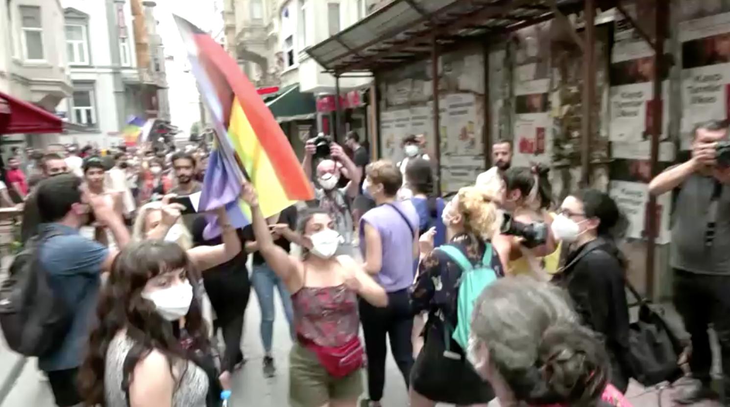Cảnh sát Thổ Nhĩ Kỳ bắn hơi cay để giải tán cuộc diễn hành Pride ở Istanbul