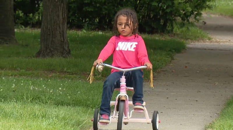 Cậu bé da đen 6 tuổi bị bắn khi để xe đạp trước vườn nhà hàng xóm – hung thủ được thả sau 3 ngày giam giữ