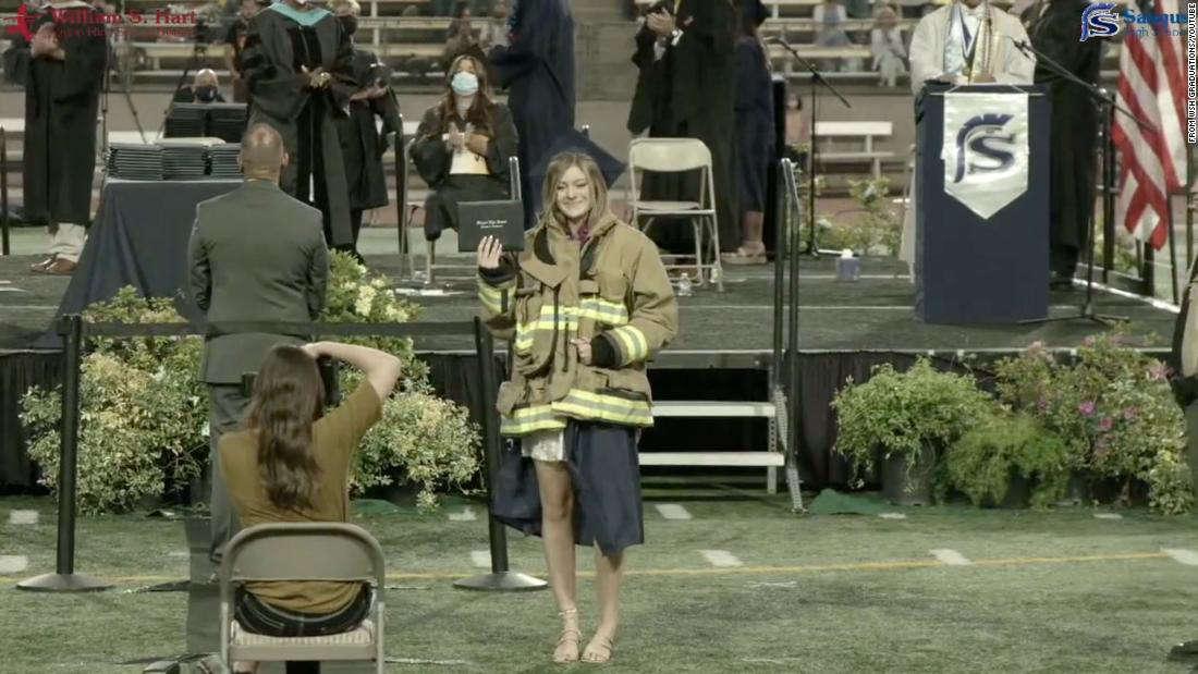 Hàng trăm lính cứu hỏa tham dự lễ tốt nghiệp trung học của cô con gái ngưới lính cứu hỏa thiệt mạng trong vụ nổ súng