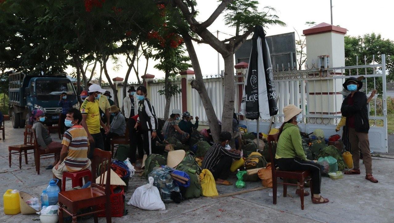 Không thuê được xe vì dịch, 47 người Hrê đi bộ từ Khánh Hoà về quê Quảng Ngãi