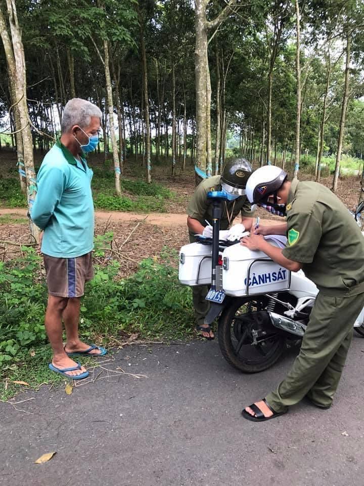 Đi bơm nước cho vịt uống, một nông dân bị phạt 2 triệu và thu xe gắn máy
