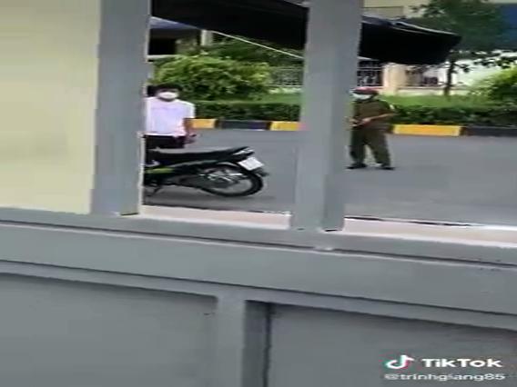 Công an cộng sản nổ súng khi người dân trong khu cách ly xô cửa đòi ra ngoài