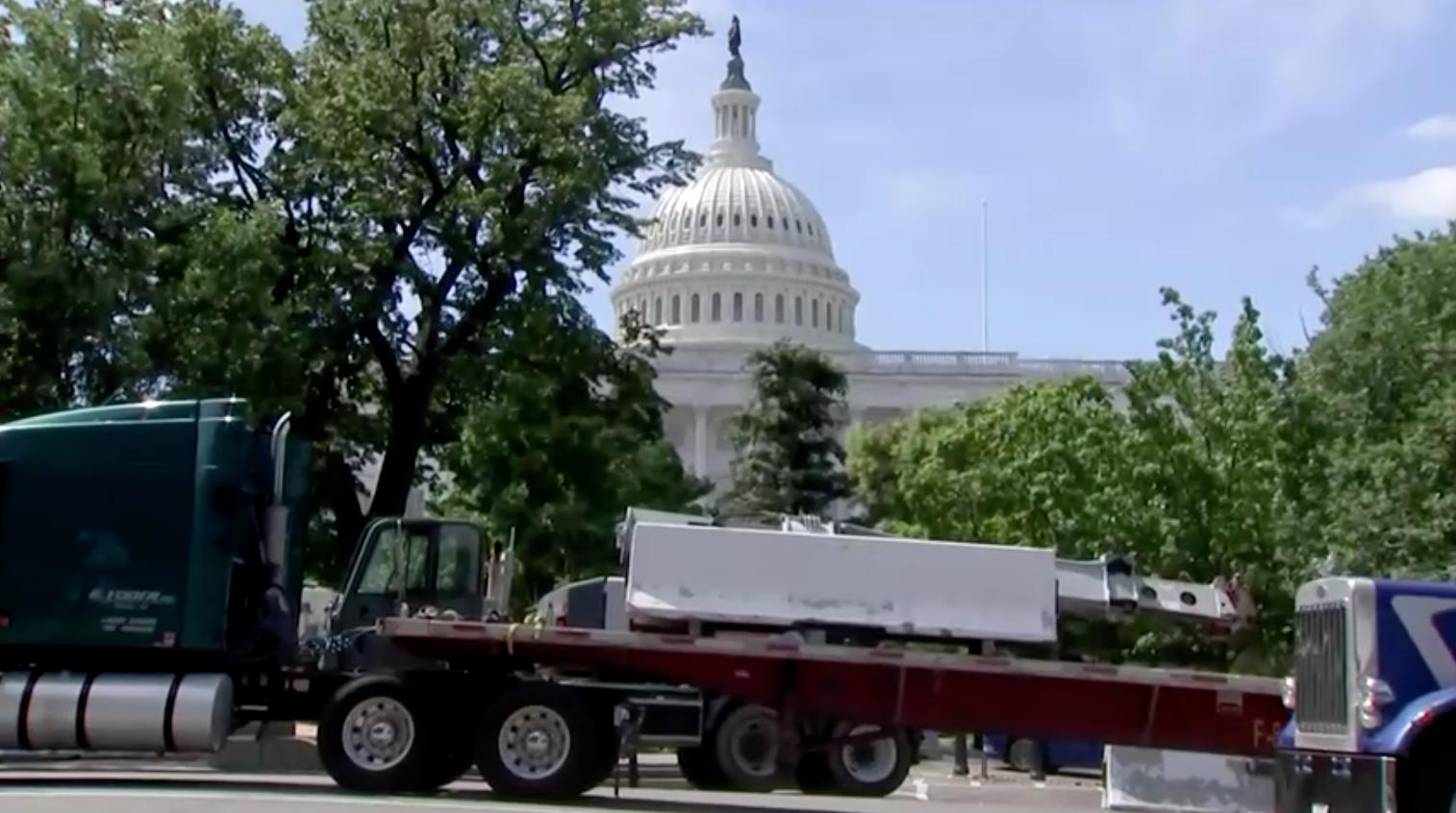 Công nhân tiến hành tháo dỡ hàng rào xung quanh tòa nhà quốc hội Hoa Kỳ 6 tháng sau cuộc bạo loạn