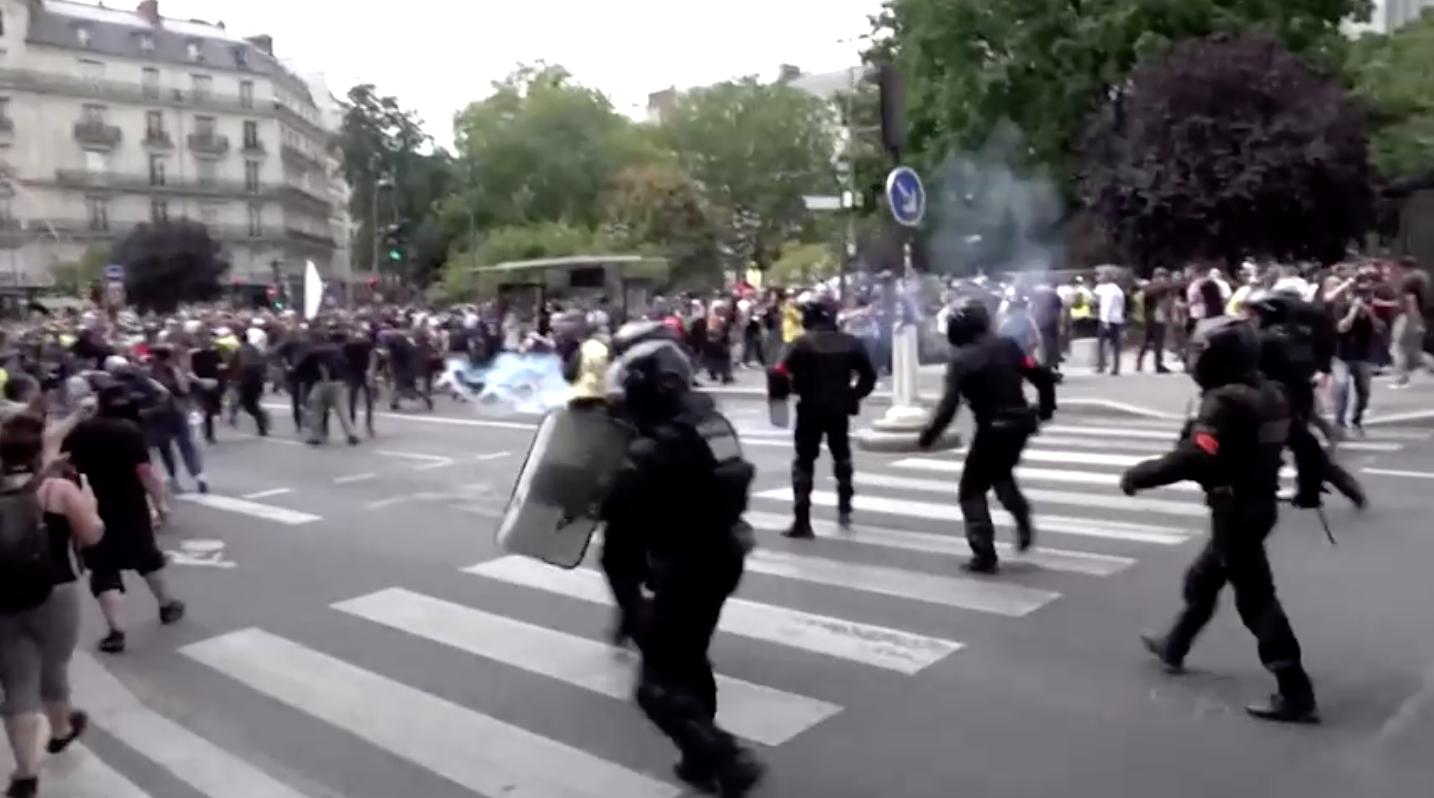 Dân chúng biểu tình phản đối các biện pháp COVID-19 đụng độ với cảnh sát ở Paris