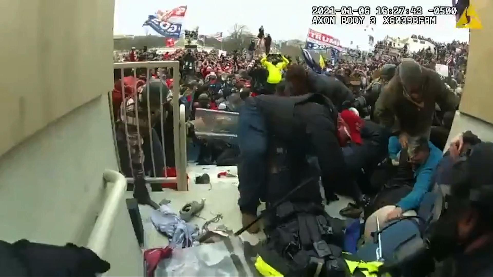 Bộ Tư Pháp công bố video mới cho thấy các cảnh sát bị hành hung khi cố gắng giúp đỡ một người tham giavụbạo loạnngày 1/6