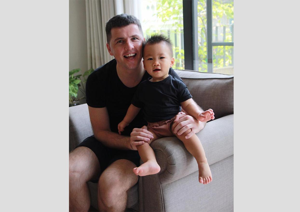 Ông John Hennigan trở thành người đàn ông độc thân đầu tiên nhận con nuôi ở Việt Nam