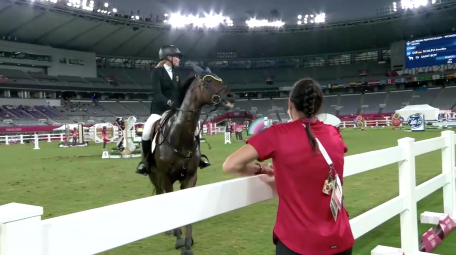 Huấn luyện viên năm môn phối hợp (pentathlon) của Đức bị loại khỏi Thế Vận Hội vì đánh một con ngựa