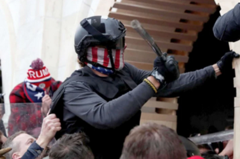 Hai người đàn ông bị bắt vì xịt hóa chất vào cảnh sát trong cuộc bạo loạn tại tòa nhà Quốc Hội Hoa Kỳ