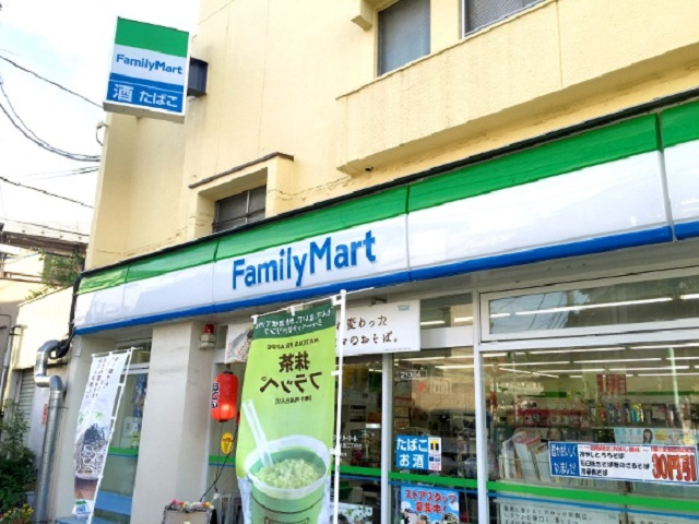 Người đàn ông Nhật Bản tự nhận mình là người Việt Nam trong khi chĩa dao vào nhân viên cửa hàng tiện lợi để cướp tiền