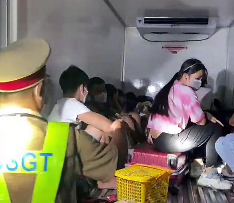 15 người trốn trong thùng xe đông lạnh từ vùng dịch để về quê