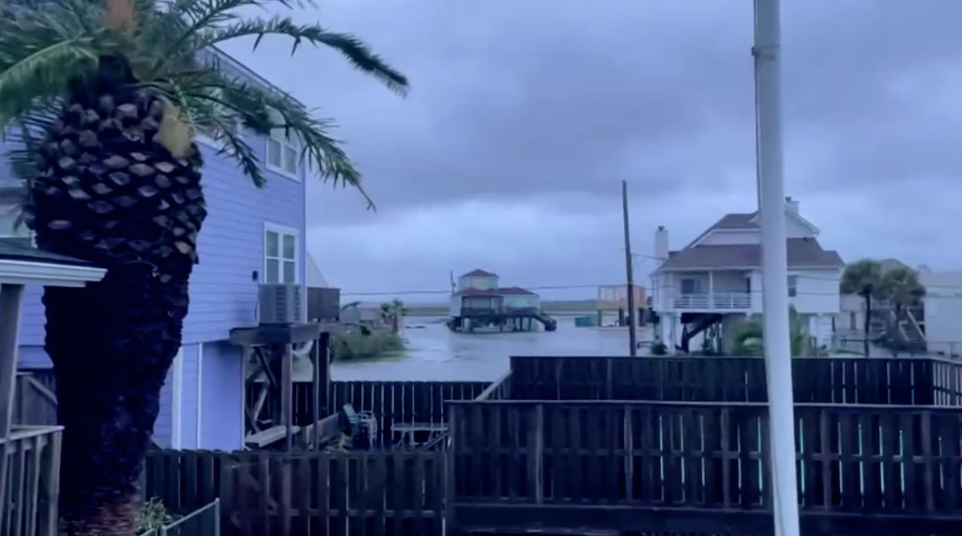 Bão nhiệt đới Nicholas mang theo mưa lớn đổ bộ vào Texas