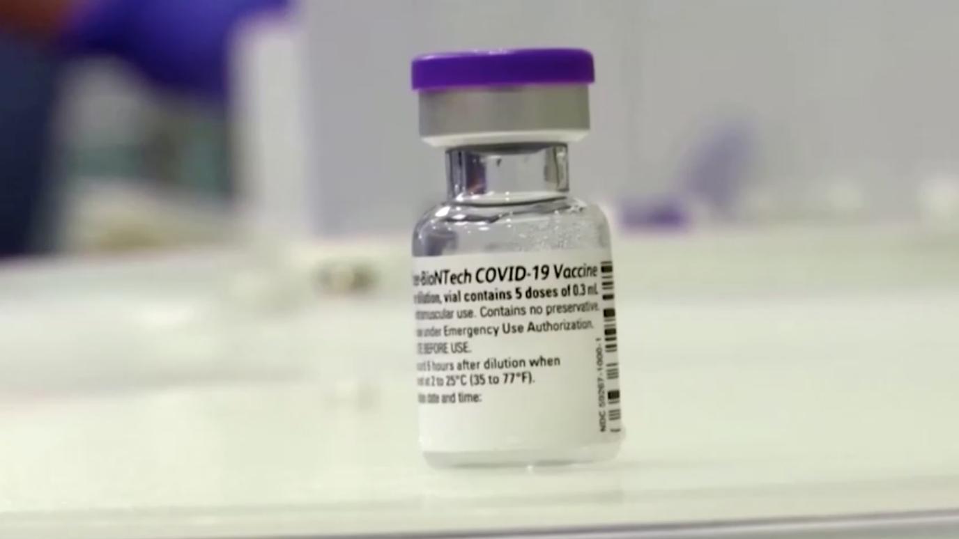 FDA thông qua việc tiêm mũi vaccine Pfizer tăng cường cho những người mỹ cao niên
