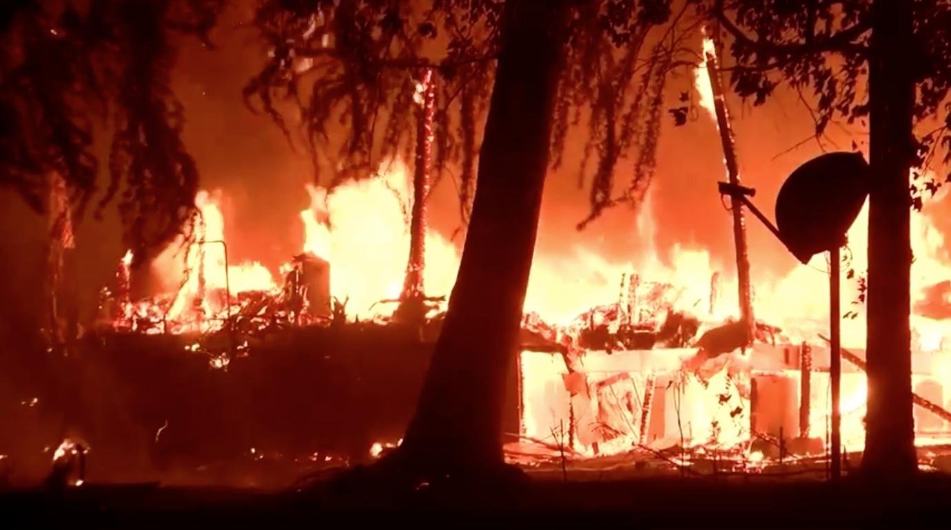 Đám cháy Fawn Fire thiêu rụi hơn 6,000 mẫu Anh buộc hàng trăm người dân di tản