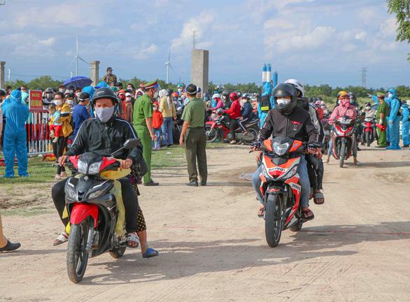 Hàng ngàn người dân tháo chạy về quê bị phạt, thu giữ xe gắn máy, và phải trả tiền cách ly gần 6 triệu đồng