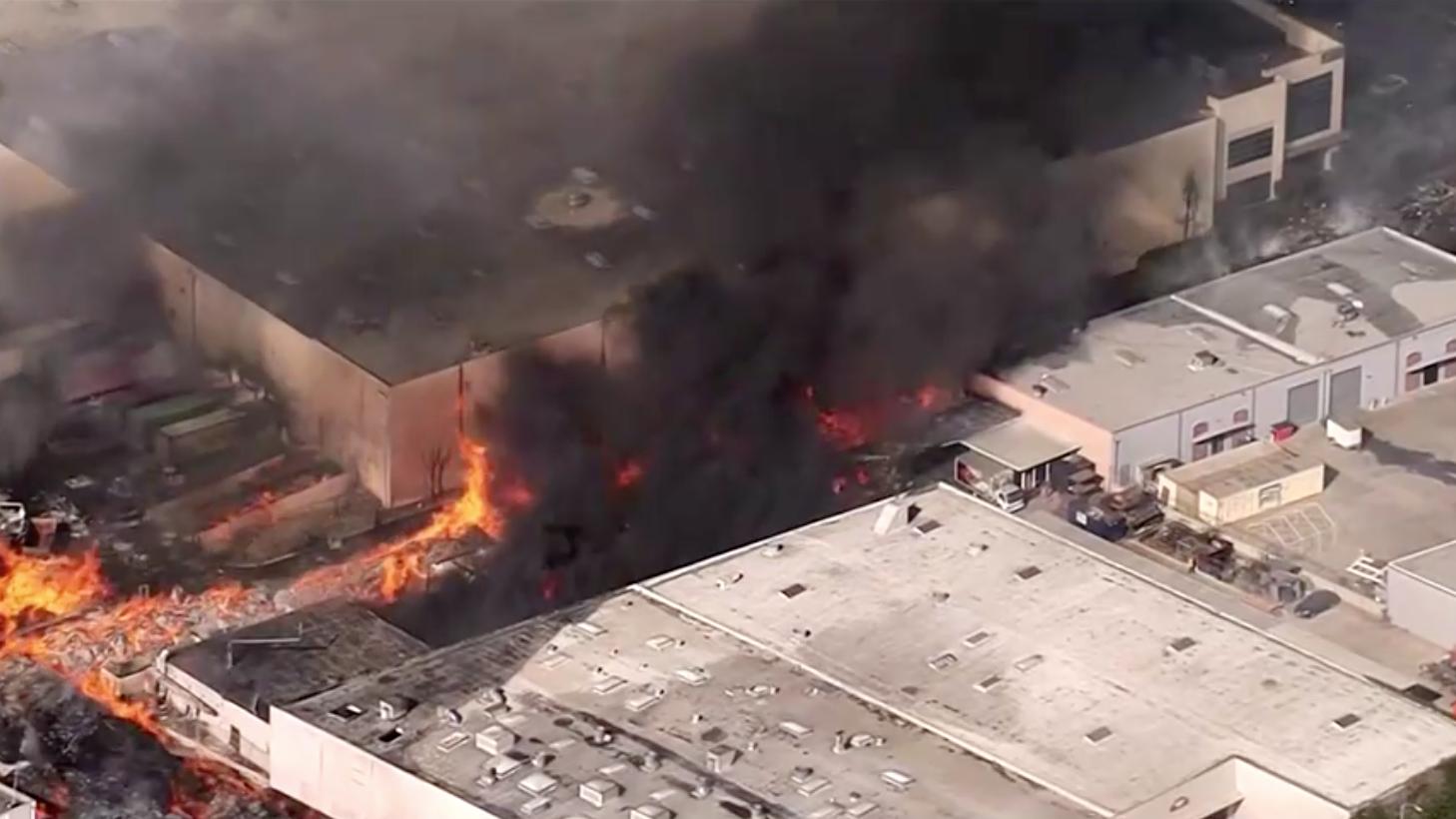 Một lính cứu hỏa bị thương khi dập tắt đám cháy tại một tòa nhà ở El Sereno