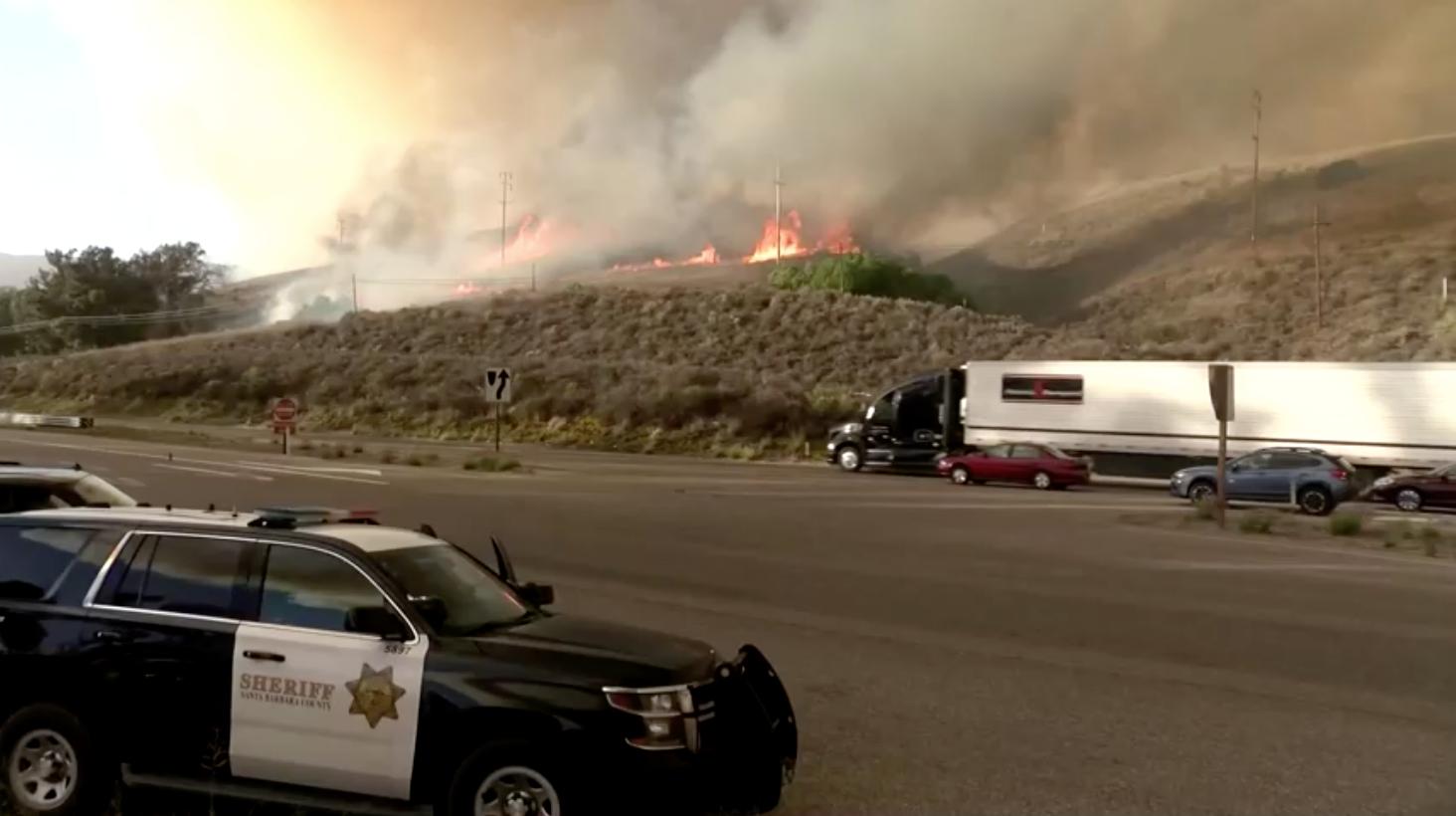 Cháy lan rộng 6,000 mẫu Anh gần Santa Barbara, California khiến người dân phải di tản, xa lộ 101 đóng cửa